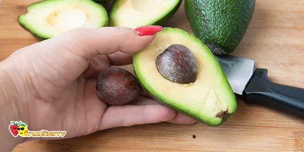 достаем косточку из авокадо